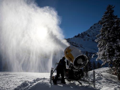 Der Schnee aus der Maschine ist kompakter als jener vom Himmel. (Bild: KEYSTONE/ALEXANDRA WEY)