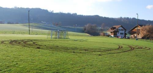 Grosswangen - 12. Dezember 2018Unbekannte haben auf dem Trainingsplatz des FC Grosswangen in der Nacht vom 11. auf den 12. Dezember mehrere Runden gedreht. Die Polizei sucht Zeugen. (Bild: Luzerner Polizei)