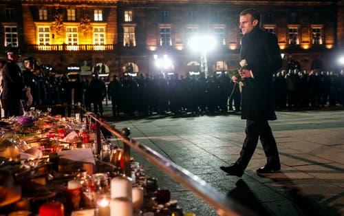 Der französische Präsident Emmanuel Macron legt eine Rose nieder bei der Gedenkfeier der Opfer in Strassburg. (Bild: AP Photo/Jean-Francois Badias, Pool, 14. Dezember 2018)
