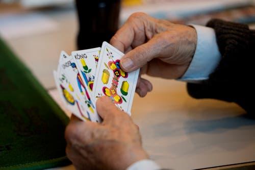 Ein vielversprechendes Blatt in den Händen eines Jassers. (Bild: Corinne Glanzmann (Hochdorf, 16. Dezember 2018))