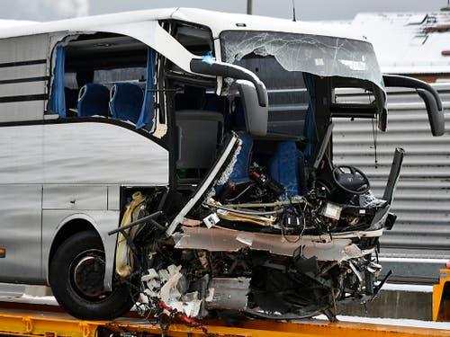 Bei dem Unfall mit dem Reisecar bei Zürich kam eine 37-jährige Italienerin ums Leben. Mehr als 40 Personen wurden verletzt. (Bild: KEYSTONE/WALTER BIERI)
