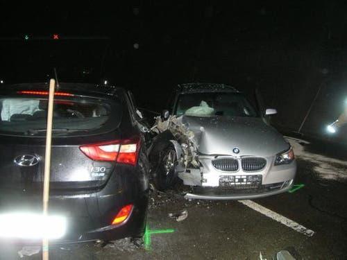 Gurtnellen - 17. Dezember 2018Ein Autolenker fuhr als Geisterfahrer auf der Autobahn A2 in Uri Richtung Süden und krachte in ein korrekt entgegenkommendes Fahrzeug. Verletzt wurde niemand. (Bild: Urner Polizei)