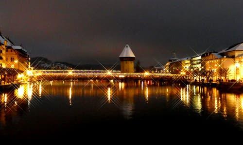 Blick auf das Luzerner Wahrzeichen und all die funkelnden Lichter von der Reussbrücke aus. (Bild: Walter Buholzer (Luzern, 17. Dezember 2018))