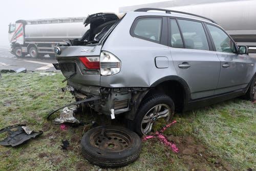 Rain - 18. Dezember 2018 Auch dieser Wagen war in die Kollision mit zwei anderen Autos und einem Lastwagen in Rain verwickelt. Beim Unfall auf der Rainstrasse auf der Höhe der Einmündung Chlewaldstrasse wurden zwei Personen verletzt. Alle Fahrzeuge mussten abtransportiert werden. Der Sachschaden beträgt rund 70'000 Franken. (Bild: Luzerner Polizei)
