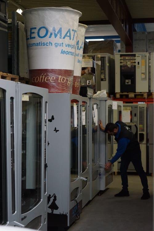 Im Lager warten fertig gebaute Verpflegungsautomaten auf die Auslieferung.