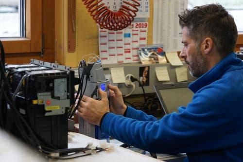 Ein Mitarbeiter konfiguriert die Steuerung eines Automaten.