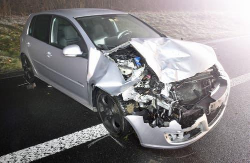 Neuenkirch - 17. Dezember 2018Ein Autofahrer verursacht einen Auffahrunfall aus noch ungeklärten Gründen und schlittert infolgedessen in eine Böschung. Verletzt wurde niemand, der Sachschaden beläuft sich auf zirka 15'000 Franken. (Bild: Luzerner Polizei)