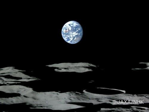 Ein Bild der japanischen Weltraumagentur Jaxa zeigt die Erde in der Nähe des Mond-Horizonts. (Bild: KEYSTONE/EPA/HO)