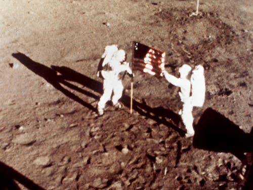 Die Apollo-11-Astronauten Neil Armstrong und Edwin E. «Buzz» Aldrin waren am 20. Juli 1969 die ersten Menschen auf dem Mond. (Bild: KEYSTONE/AP NASA/ANONYMOUS)