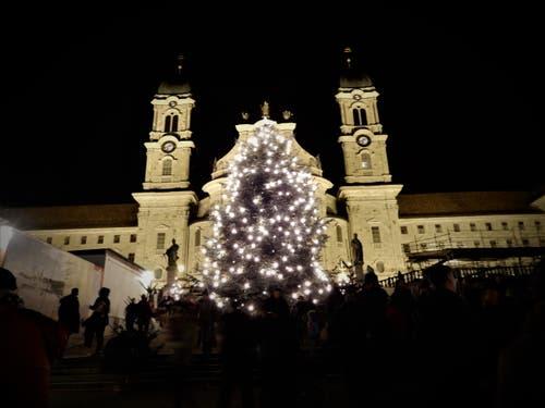 Der Start in den Weihnachtsmarkt in Einsiedeln war bei den milden Temperaturen für Jung und Alt ein tolles Erlebnis. (Margrith Imhof-Röthlin, 1. Dezember 2018))