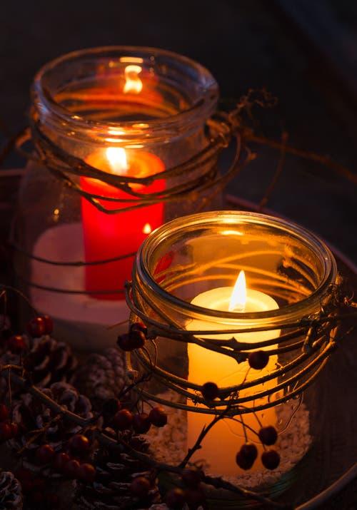 Zwei Lichtlein in der Dunkelheit. (Bild: Priska Ziswiler-Heller (Ettiswil, 1. Dezember 2018))