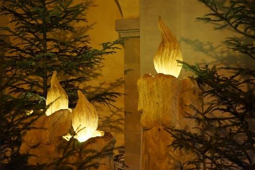 Das Licht der Kerzen wärmt unsere Herzen, beim Kircheneingang in Zell (Bild: Isidor Rösch (Zell, 19. Dezember 2018))