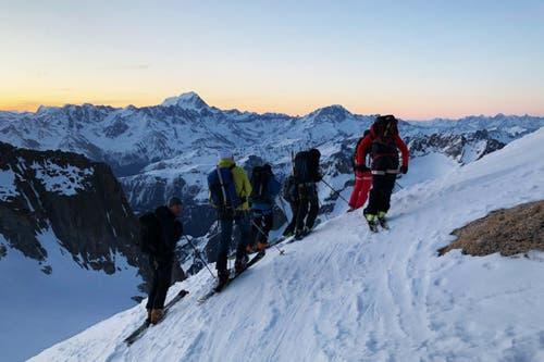 Schon früh morgens unterwegs: Die Gruppe auf der Abfahrt nach der Trient-Hütte, Aiguilles Dorées. (Bild: PD/SRF)