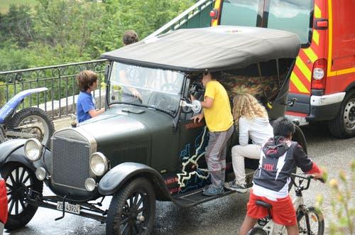 Auch Kinder interessierten sich für das fast 100-jährige Fahrzeug. (Bild: PD)