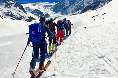 Im Aufstieg zur Cabane de Dix, die Gruppe ist bereits mehrere Stunden unterwegs. Die Haute Route dauert sechs Tage und erfordert Kondition und Ausdauer. (Bild: PD/SRF)