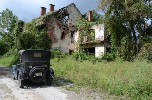 Die Reise führte auch an Häusern vorbei, die noch heute an den Krieg im ehemaligen Jugoslawien erinnern. (Bild: PD)