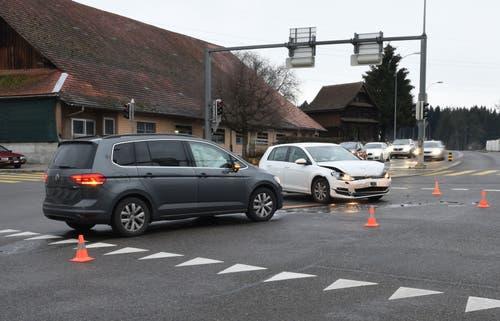 Inwil - 21. Dezember 2018Kurz vor 8 Uhr kollidierten an der Oberhofenkreuzung zwei Autos. Wie es dazu kam, ist noch unklar. Beide Fahrer wurden verletzt, auf eine Spital wurde dennoch verzichtet. Der Sachschaden beläuft sich auf zirka 29'000 Franken. (Bild: Luzerner Polizei)