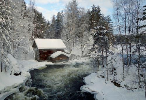 Eine Winterwanderung auf der kleinen Bärenrunde, dem Pieni Karhunkierros Trail, führt unter anderem zur romantisch gelegenen Myllykoski-Mühle.