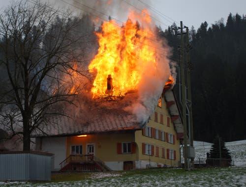 Marbach - 21. Dezember 2018In einem Wohnhaus in Marbach ist am Freitagvormittag ein Brand ausgebrochen. Die Feuerwehr hat den Übergriff der Flammen auf ein unmittelbar daneben stehendes Gebäude verhindern können. Das alte Bauernhaus indes wurde vom Feuer zerstört.