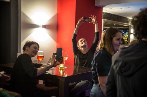 Die Band fällt den Gästen der Braui auf: Sie werden fleissig fotografiert und um Selfies gebeten. (Bild: Dominik Wunderli (22. Dezember 2018)