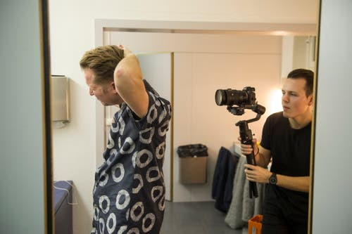 Einen letzten Blick in den Spiegel: Leadsänger Stefan Buck in der Garderobe kurz vor dem Auftritt. (Bild: Dominik Wunderli (22. Dezember 2018)