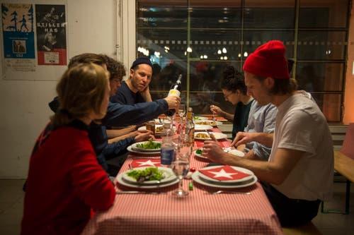 Beim Essen vor dem Auftritt in der Braui. (Bild: Dominik Wunderli (22. Dezember 2018)