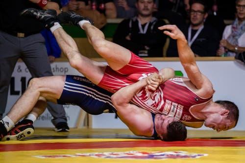 Willisau Lions Jonas Bossert (rot) gegen RS Kriesserns Ramon Betschart (blau) im Kampf in der 86-kg-Grecoklasse.