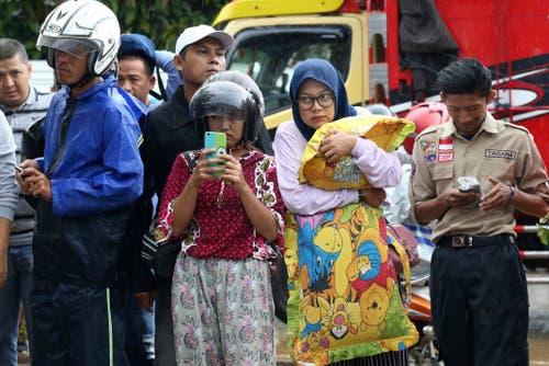 Menschen suchen vor einem Spital in Carita nach Verwandten unter den Opfern. (Bild: Achmad Ibrahim/AP (Carita, 23. Dezember 2018))