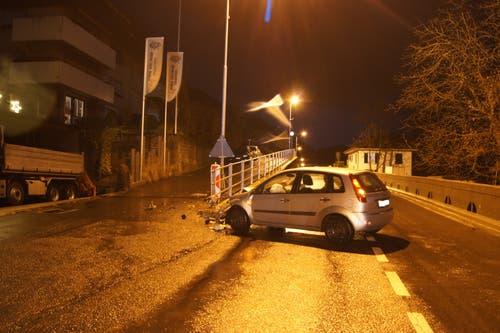 Walchwil - 22. DezemberDas Auto prallte in ein Geländer. (Bild: Zuger Strafverfolgungsbehörden)