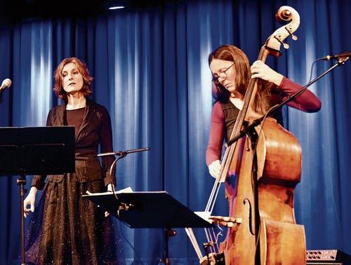 Gesang und Kontrabass harmonieren gut miteinander.