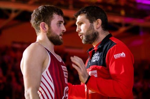 Willisau Lions Trainer Thomas Bucheli (R) spricht mit Lukas Bossert.