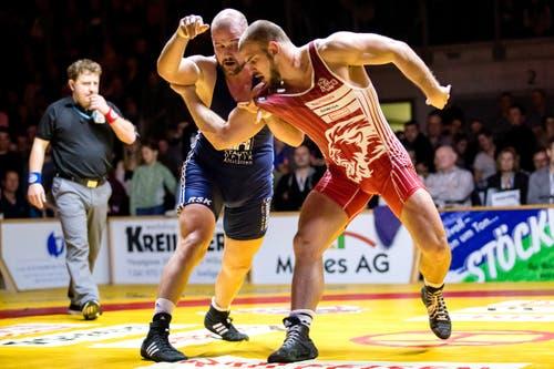 Willisau Lions Stefan Reichmuth (rot) gegen RS Kriesserns Philipp Hutter (blau) im Kampf in der 130-kg-Grecoklasse.