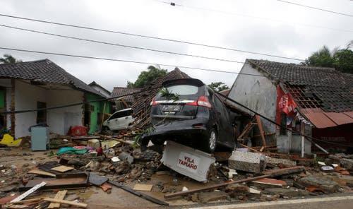 Zerstörte Autos und Häuser. (Bild: Achmad Ibrahim/AP (Carita, 23. Dezember 2018))
