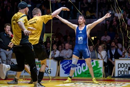 Kriesserns David Hungerbühler lässt sich nach dem letzten Kampf feiern.