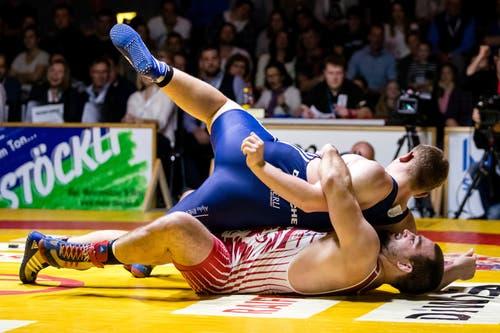 Willisau Lions Marco Riesen (rot) gegen RS Kriesserns Noel Hutter (blau) im Kampf in der 97-kg-Freistilklasse.