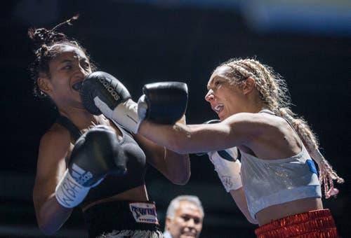Boxing Day in der Bodensee-Arena in Kreuzlingen: Szenen vom Kampf Maja Milenkovic (Serbien, rot-blaue Hose) gegen Crystal Garcia Nova (Dominikanische Republik, schwarze Hose). (Bilder: Reto Martin)
