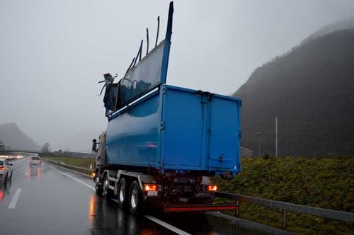 Stans - 24. DezemberAm Montag ist es in Stans auf der Autobahn A2 zu einem Verkehrsunfall gekommen. Ein offener Containerdeckel beschädigte eine Wechseltextanzeige. Verletzt wurde niemand, es entstand aber hoher Sachschaden. (Bild: Kantonspolizei Nidwalden)