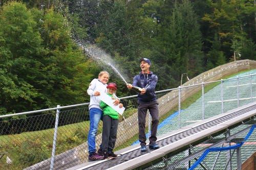15. September: Einweihungsfeier mit viel Skisprung-Prominenz für drei Änderungen, welche die Mattenschanze in Wildhaus erhalten hat: Aufstiegshilfe, kleine Schanze (K5) sowie Materialhütte. Bild: Robert Kucera