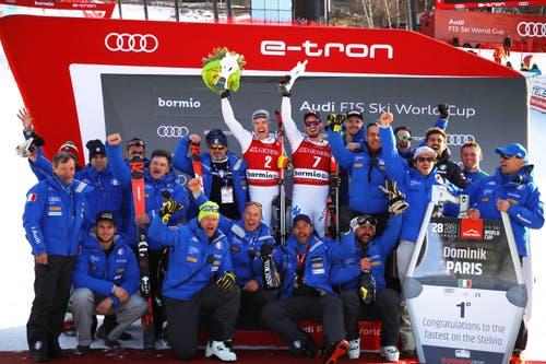 Christof Innerhofer und Dominik Paris feiern mit ihren Teamkollegen. (Bild: Marco Trovati / AP)