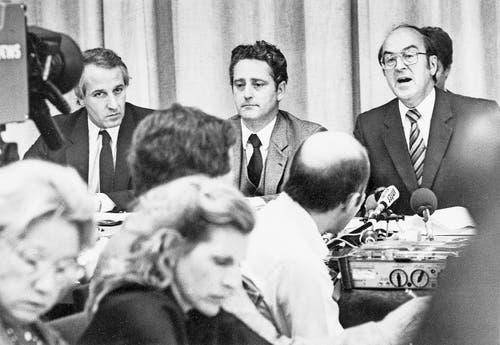 Pressekonferenz nach der Befreiung mit Bundesrat Kurt Furgler (rechts). (Bild: Keystone (Bern, 9. September 1982))