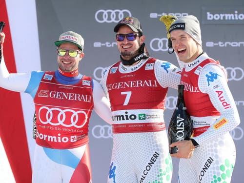 Beat Feuz (links) freut sich mit den Italienern. (Bild: Marco Trovati / AP)