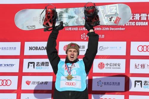 21. Dezember: Jan Scherrer feiert den ersten Weltcup-Sieg in der Halfpipe im chinesischen Chongli. (Bild: Ng Han Guan/AP Photo)