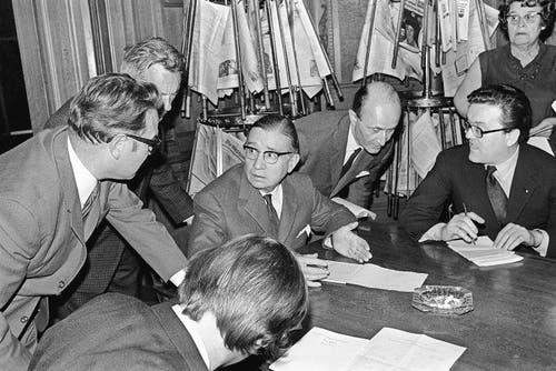 James Schwarzenbach (Mitte) informiert nach der Abstimmungsniederlage. (Bild: Keystone (Bern))