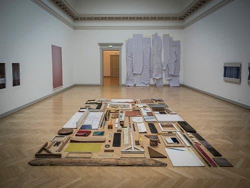 Tom Senn hat auf dem Boden des Oberlichtsaals des Kunstmuseums St.Gallen allerhand Fundstücke zu einem «Gemälde» komponiert. (Bild: Hanspeter Schiess)