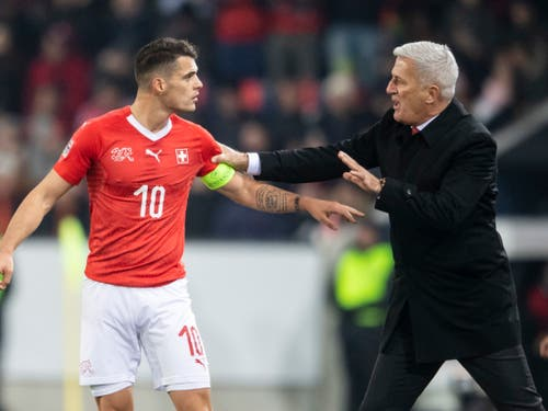 Das Schweizer Nationalteam (rechts Nationalcoach Vladimir Petkovic, links Captain Granit Xhaka) trifft im Halbfinal der Nations League wie in der letzten WM-Qualifikation auf Europameister Portugal (Bild: KEYSTONE/ENNIO LEANZA)