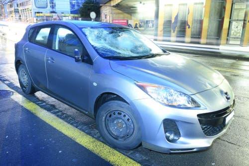 Luzern - 1. DezemberGegen 6.25 Uhr ist ein Autofahrer beim Kreuzstutz mit einem Fussgänger zusammengestossen. Der Fussgänger wurde erheblich verletzt und musste mit dem Rettungsdienst ins Spital eingeliefert werden.