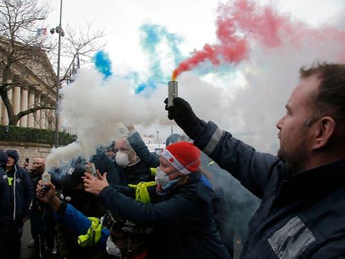Krankenpfleger protestieren vor der Nationalversammlung in Paris. (Bild: KEYSTONE/AP/MICHEL EULER)