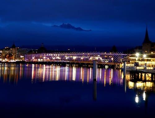 Dank der Weihnachtsbeleuchtung erstrahlt die Seeebrücke. (Bild: Walter Buholzer, Luzern)