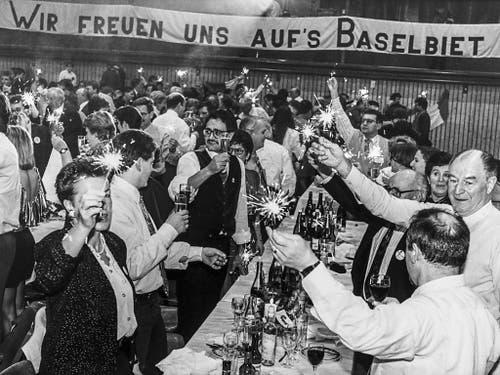 Per 1. Januar 1994 wechselt der Bezirk Laufen von Bern zum Kanton Basel-Landschaft. Die Anschlussbefürworter feiern diesen Schritt in der Neujahrsnacht im Gymnasium Laufen. (Bild: KEYSTONE/MICHAEL KUPFERSCHMIDT)