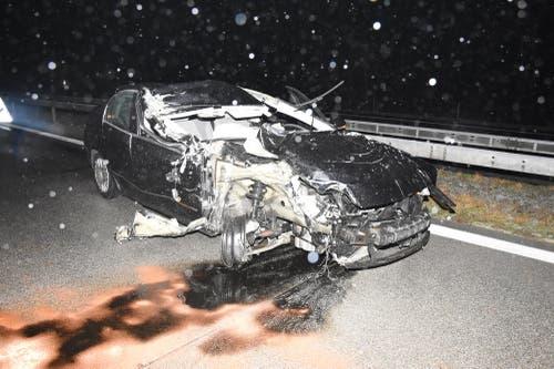 Der 27-jährige Lenker fuhr von hinten in den Salzstreuwagen. Sein Auto wurde dabei völlig zerstört. (Bilder: Kantonspolizei St.Gallen)